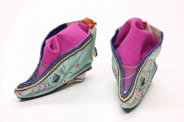 Sepatu Lotus