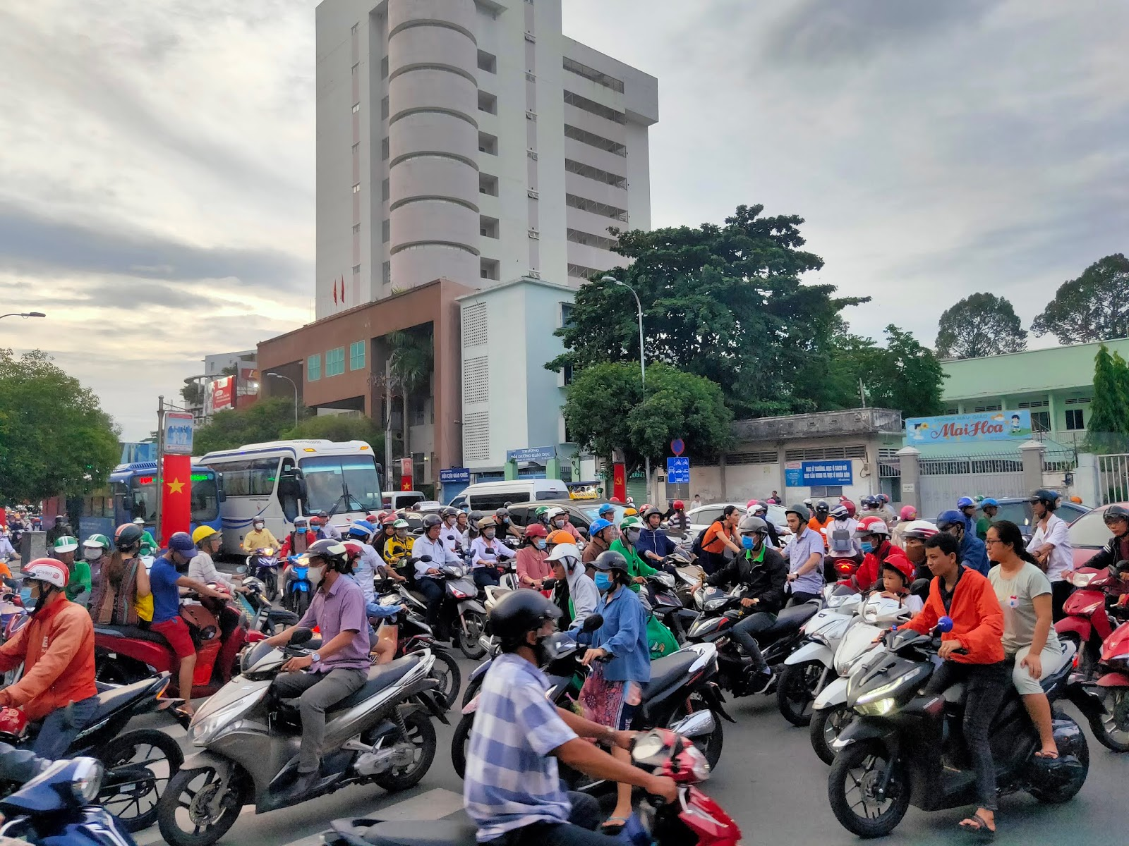 traffic chaos in saigon