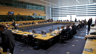 Η απόφαση του Eurogroup θα επιβαρύνει διπλά την αγορά