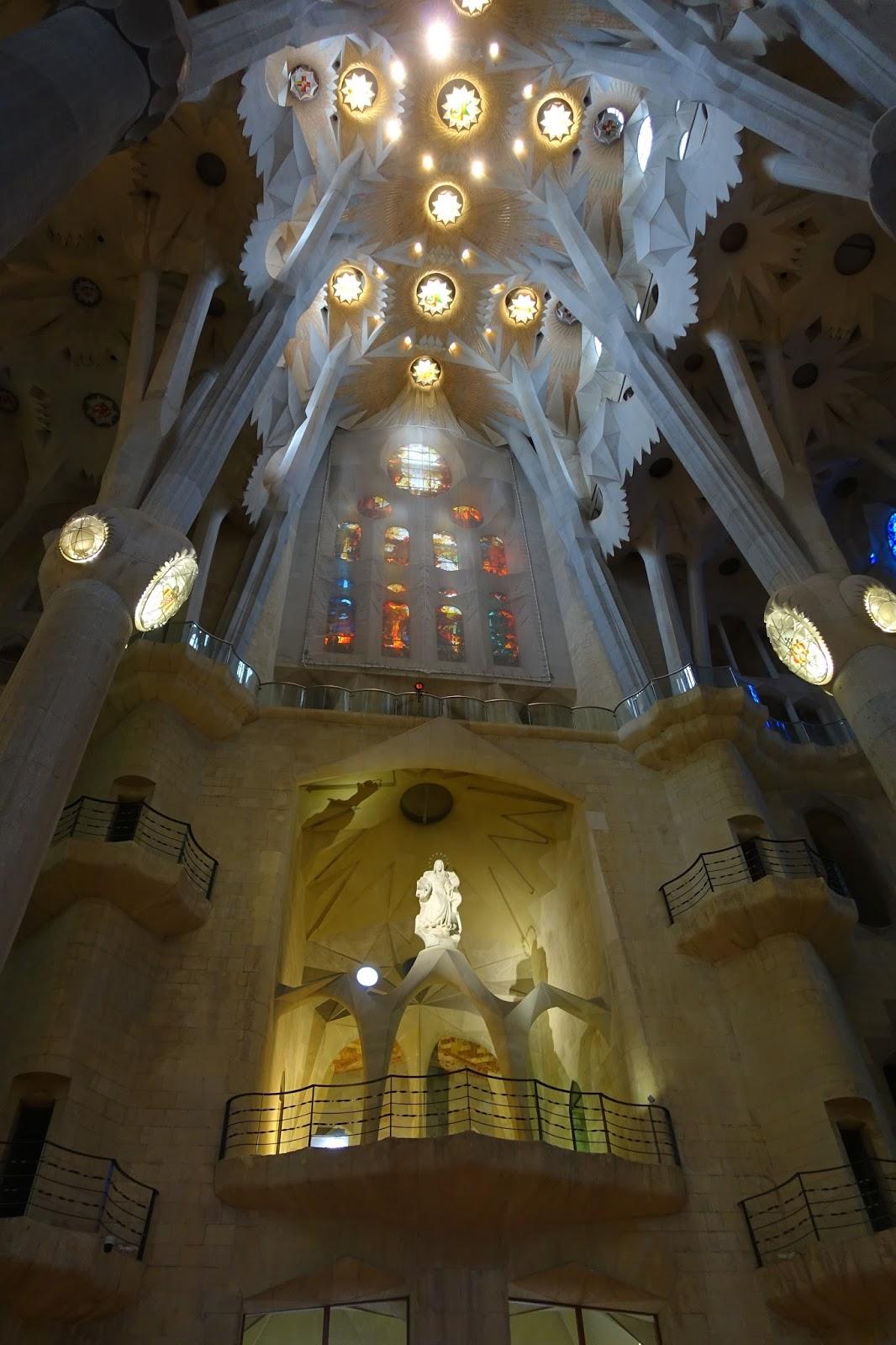 サグラダ・ファミリア (Sagrada Familia) 「受難のファサード」の側の翼廊の上のマリア像