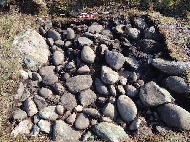 """Les """"graves"""" sont des lits de galets destinés à faire sécher les filets de morue à l'époque historique (G. Marchand)."""