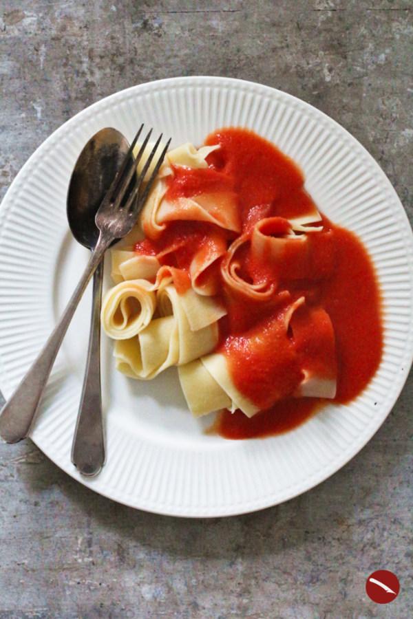 Das berühmte Rezept von Marcella Hazan für die einfachste, schnellste und leckerste Tomatensauce der Welt! #rezepte #selbermachen #einkochen #thermomix #italienische #italienische_küche #tomatensauce #pizza #aus_frischen_tomaten #spaghetti #vegetarisch #vegan #gnocchi #ofen #butter #einfache_rezepte #italienische_rezepte #originalrezept