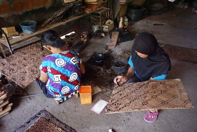 Melihat pembuatan batik kulit di Desa Jarum