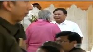 Ini Sosok Kakek Berbaju Pink yang Bikin Prabowo Rela Tinggalkan Jokowi