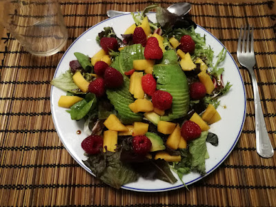 Ensalada fresca de verano con frutas