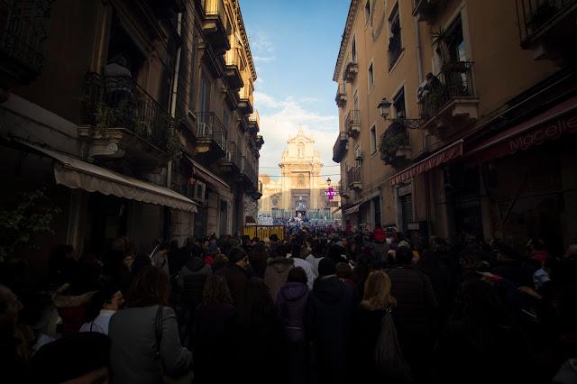 Festa di Sant'Agata a Catania-Giro esterno-Processione dei fedeli devoti-Basilica del Carmine