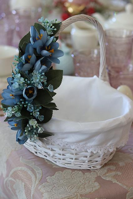 Koszyczki wielkanocne udekorowane kwiatami