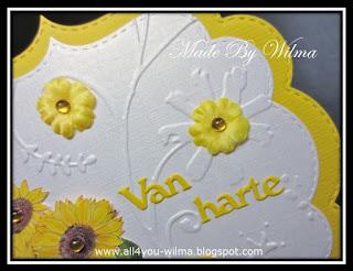 """Een close-up van 2 stoffen bloemen en """"Van harte"""". A close-up of 2 fabric flowers and """"Congrats"""" (Dutch words)."""