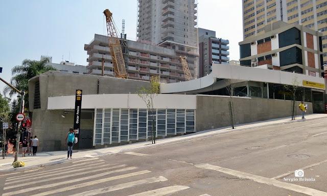 Vista ampla da entrada da Estação Oscar Freire do Metrô SP - Pinheiros - São Paulo