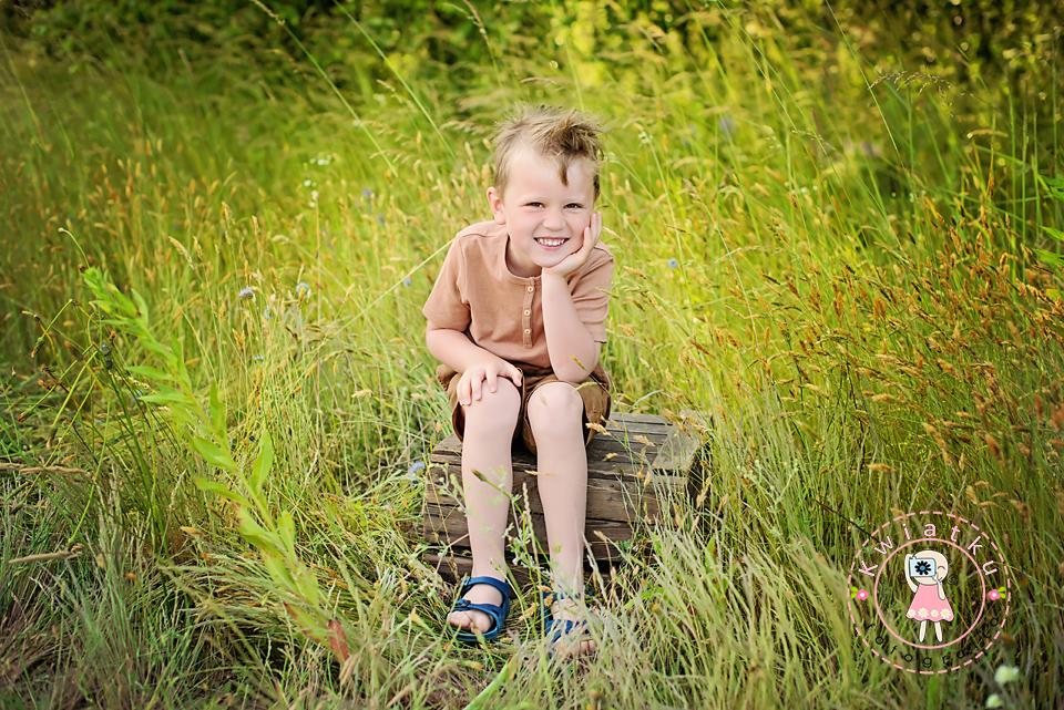 chłopiec na łące
