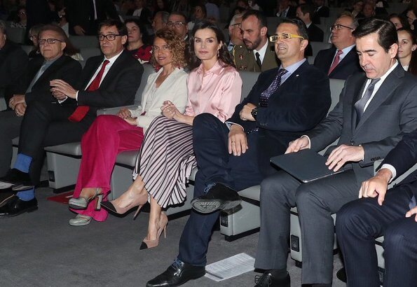 Queen Letizia wore a new contrast-pleat midi skirt by Reiss London, and she wore Steve Madden Kvinna Dalia pumps