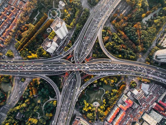 """Sự chồng chéo các đường lượn, đường thẳng hay xoắn ốc khiến loạt giao lộ ở Mỹ, Nhật Bản, Anh... được ví như nỗi """"kinh hoàng"""" đối với tài xế lần đầu trải nghiệm."""