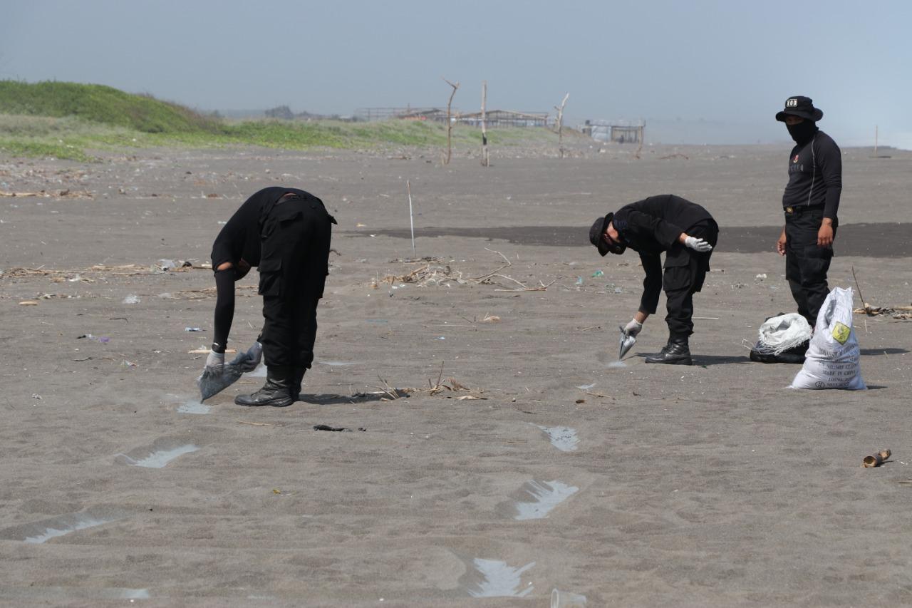 Tim Gegana Musnahkan Setengah Ton Serbuk Petasan di Pantai Bocor