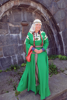 https://evashistoricalcostumes.blogspot.com/p/a-12th-century-wool-gown_3.html