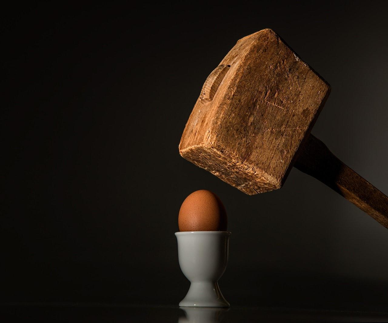 Martillo golpeando huevo
