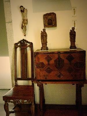 mobiliário e objetos antigos de museu