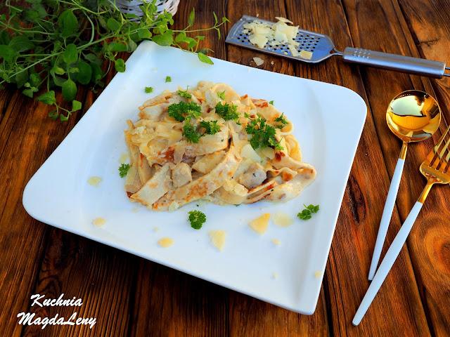 Naleśnikowy makaron z kurczakiem i sosem serowym