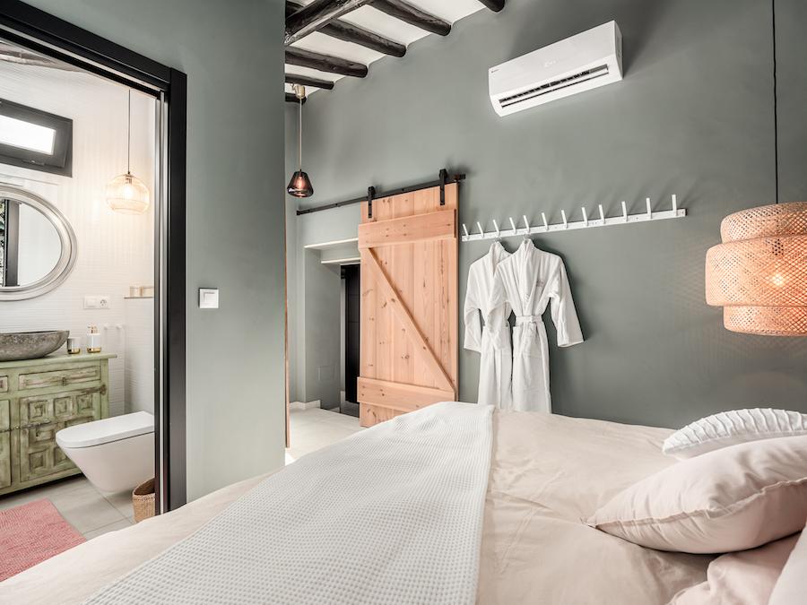 Dormitorio escandinavo con puertas tipo granero