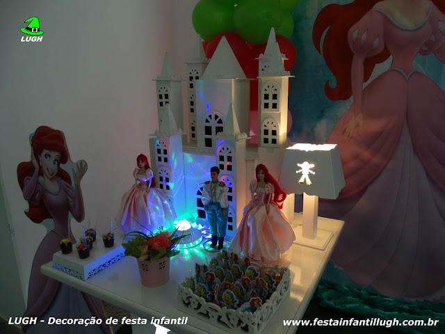 Mesa ornamentada com o tema Ariel para decoração de festa infantil.