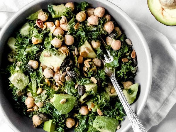 Grünkohl-Salat mit Kichererbsen und Avocado