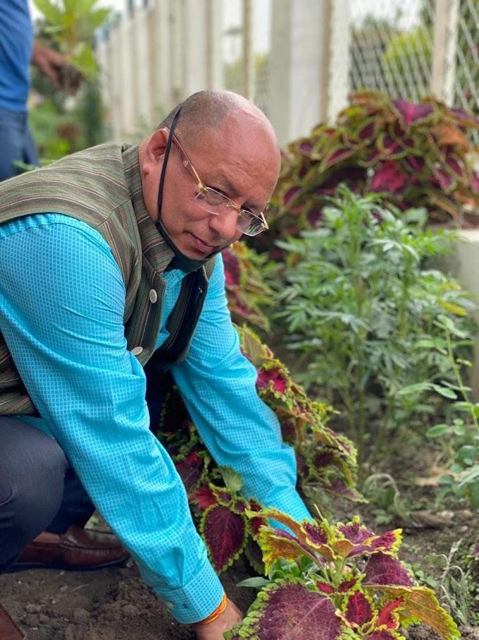 हरेला  पर मुख्यमंत्री त्रिवेन्द्र सिंह रावत के औद्योगिक सलाहकार डॉ के एस पंवार ने रोपा पौधा