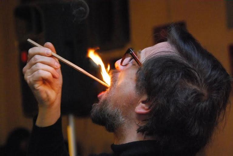 Luigi Garlaschelli, do Comitê para o Controle das Afirmações sobre as Pseudociências (CICAP) protagoniza regularmente teatralizações para escarnecer os fatos religiosos