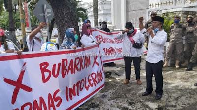 Pria berbaju putih terlihat berteriak di depan beberapa orang di depan Kantor Gubernur Sumut, Jalan Diponegoro, Medan, Senin (23/11/2020) siang.