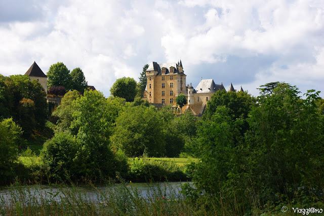 Vista panoramica sul Castello di Fayrac dalla Dordogna