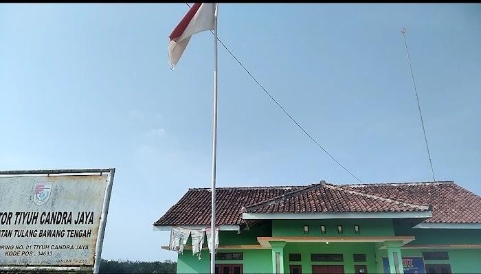 Kantor BalaiTiyuh Chandra Jaya Mengibarkan Bendera Robek.