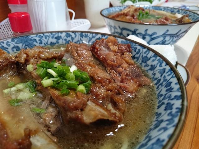 県産豚肉ソーキそば(大)とお肉屋そば(大)の写真
