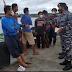 Prajurit TNI AL Terapkan Disiplin Prokes Dengan Bagikan Masker ke Masyakat Mimika