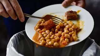 एक तरफ भूखे लोग, दूसरी तरफ हो रही अन्न की बर्बादी!