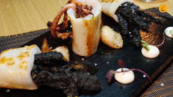 Chipirón de anzuelo con tempura de su tinta (15€) en 90 Grados Madrid