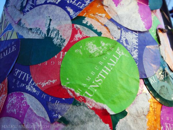 Stickers en un poste junto al museo