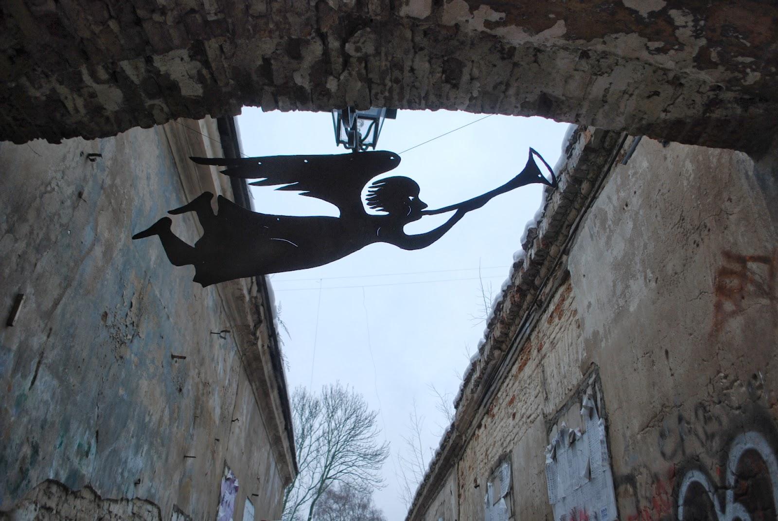"""Летящий Ангел Ужуписа у входа в переулок с запрятанной бутылкой"""". Ужупис, Вильнюс, Литва."""