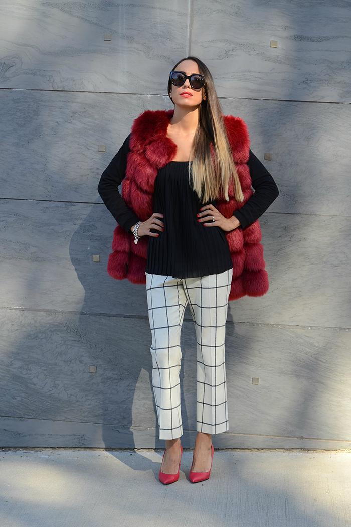 ravvivare look bianco nero con accessori rossi