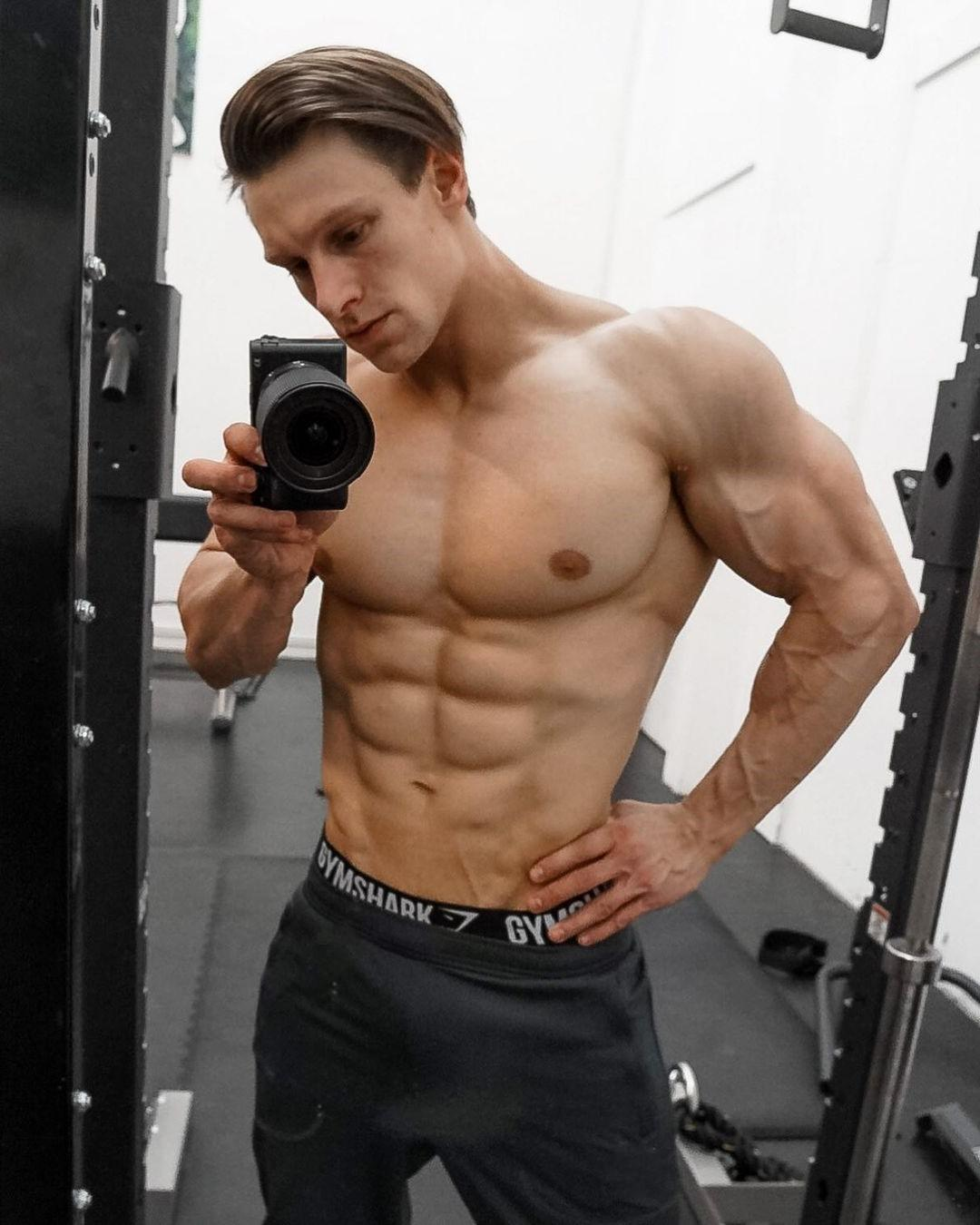 young-gym-hunks-steve-kris-muscular-hipsters-gel-hairstyle-luxurious-men-selfie-sixpack-abs-pecs-veiny-arms