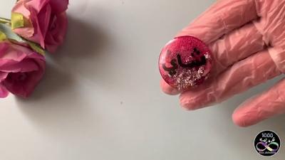 قطعة من الريزن مكتوب عليها بقلم السبورة الاسود