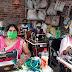 Aliganj : मास्क बनाकर आत्मनिर्भर हो रही महिलाएं, दैनिक आमदनी से चल रहा घर