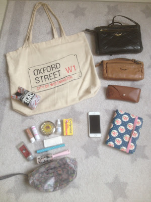 https://irwt.blogspot.fr/2016/07/tag-whats-in-my-bag.html