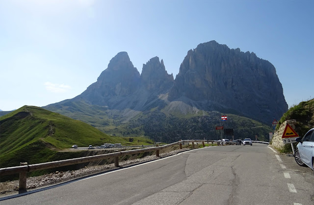 Sella Türme, Sella Massiv von der Rampe runter vom Sella Joch in Italien, Südtirol, Fahrbahn, Berge, Grüne Hänge