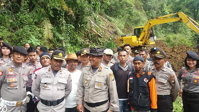 Polisi dan Anggota DPRD Luwu Turun Bantu Warga Bersihkan Material Longsor