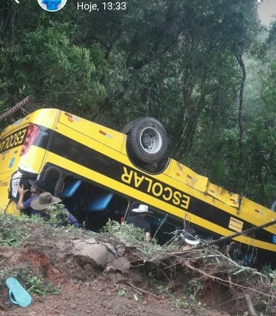Ônibus com romeiros do Sul de Minas capota na serra de Delfim Moreira na BR-459 - Fotos: Redes Sociais