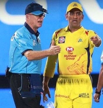 IPL: धोनी को गुस्सा होता देख, अंपायर ने देना शुरू किया चौका