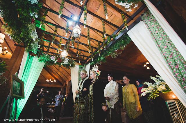 foto pengantin memasuki pendopo pelaminan dalam pernikahan tradisional adat jawa di yogyakarta