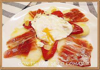 Huevos con patatas, piquillos y jamón ibérico