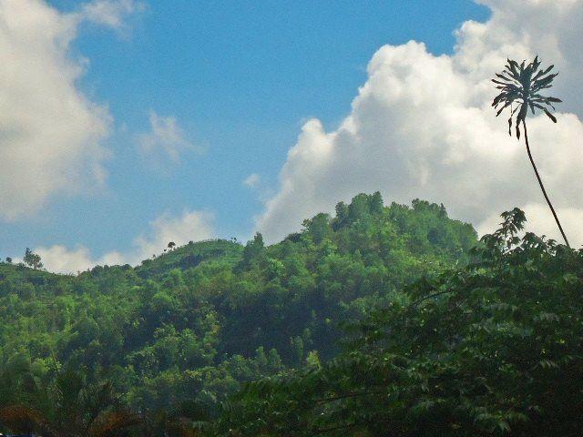 Foto Pemandangan Indah Puncak Gunung, Awan Putih, dan Langit Biru