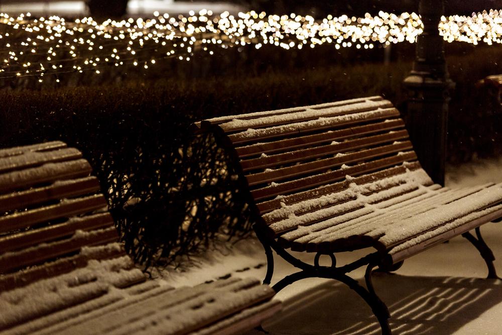 talvi, Helsinki, Suomi, Finland, experiencefinland, myhelsinki, valot, kaupunki, yö, Visualaddict, valokuvaaja, photographer, Frida Steiner, visualaddictfrida, jouluvalot, christmas, lights, citylights, city, by night, esplanadi, puisto, penkki
