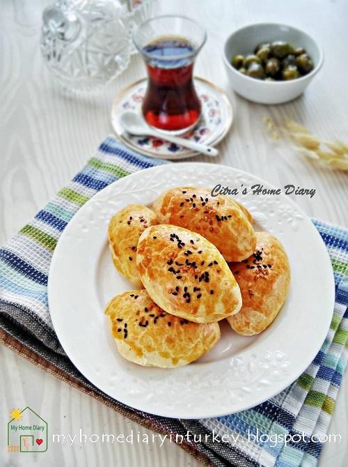 PEYNİRLİ POĞAÇA / TURKISH FOOD RECIPE; CHEESY BREAKFAST PASTRY /#resepmasakanturki | Çitra's Home Diary. #Pogačice #poğaça #turkishpastry #breakfast #brunch #lunchboxidea #turkishfoodrecipe #reseprotiturki #cheesypastry #shortbreadcheese
