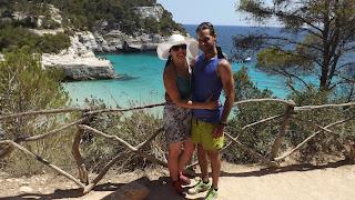 Természetes fa kerítés előtt Menorca-n
